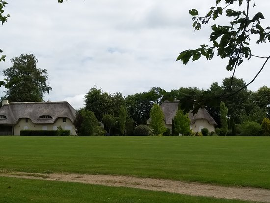 Epiniac, Francia: Vue très belles villas en bordure du golf