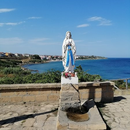 Isola di Capo Rizzuto, Taliansko: Questa Madonnina, molto suggestiva per ciò che rappresenta e per la posizione, si trova vicino la Torre Vecchia.