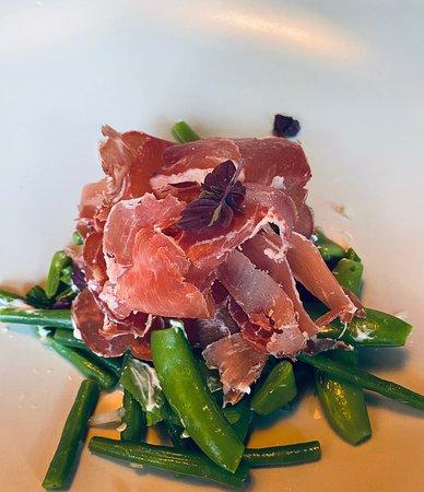 Wessem, Belanda: Groene salade van bonen en sugarsnaps met hangop en parmaham. Een aanrader