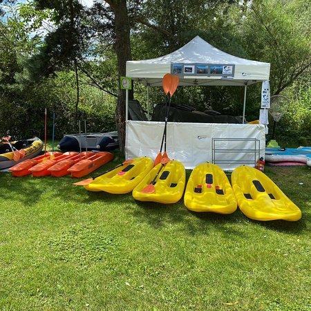 Centre de location nautique sur le lac de Neuchâtel à 1422 Grandson le Pécos. Paddle, kayak, tiralo pour personne's en situation d'Handicap, Mayak, Mayak polo, Yoga-paddle, Ski-sur-l'eau (Cataski) possible chez nous. Prix 15.- CHF de l'heure pour une personne, kayak double 25.- CHF par heure. Prix famille 2 adultes/2 enfants 100.- CHF les 3 heures. Numéro de la base Nautic 079.680.37.17 / payement par Twint possible au 079.873.45.46 compris dans le prix de location en prêt un sac étanche.