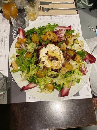 Salade camembert  Brasserie Mirabeau, 3 boulevard Mirabeau 13210 Saint-rémy-de-provence.  Restaurant, brasserie, service en continu salon de thé et glaces alpilles, Mirabeau,  Saint-rémy-de-Provence.