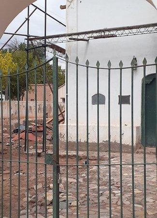 Uquia, Argentina: desde la puerta principal, se puede ver con mucha tristeza como se encuentra este monumento histórico nacional, olvidado por las autoridades encargadas de proteger el patrimonio y nuestra historia .. mas info en https://www.facebook.com/groups/569605723942078/