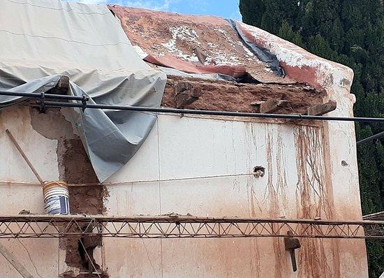 Más imágenes de como es el estado del edificio de la Iglesia de Uquia en https://www.facebook.com/groups/569605723942078/