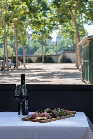 Une planche à partager en terrasse accompagnée d'un verre de vin, au Café du Pond...