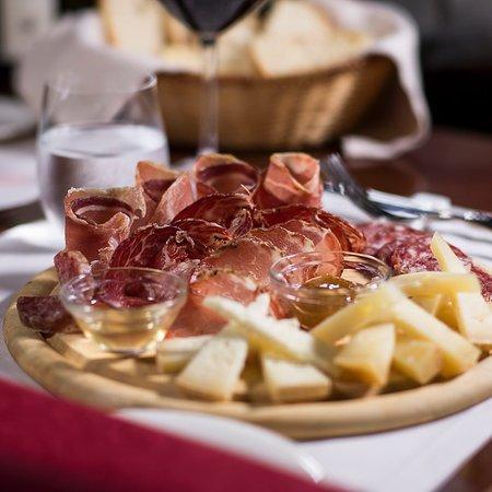 """Tagliere di salumi e formaggi umbri - Ristorante """"La Boiola"""""""
