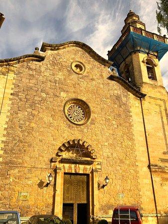 Die Außenfassade mit dem charakteristischen Türmchen, das auf nahezu jedem Foto Valldemosa zu sehen ist