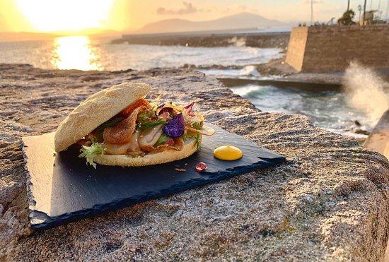 """Panino gourmet """"Porto Cervo"""": pesce marinato agli agrumi, sesamo e caviale di bitter Campari."""