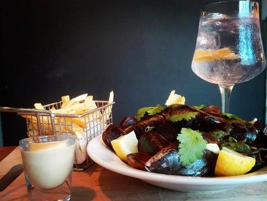 Seixal, Portugal: Mexilhões com batata frita e Gin tónico