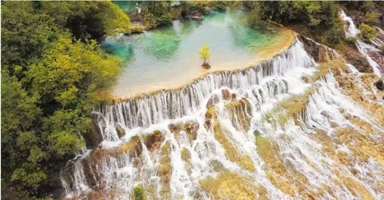 """Huanglong County, Trung Quốc: Huanglong Scenic Area is located in Songpan County, Aba Tibetan and Qiang Autonomous Prefecture, Sichuan Province. It is famous for its rich animal and plant resources and colorful calcified surface with magnificent scale and exquisite structure. It was included in the """"World Natural Heritage List"""" in 1992."""