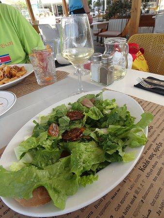 """""""Корфу салат"""" с кумкватом, нумболо (корфу-прошутто из свинины), сушёный инжир, салатные листья (9 €)"""