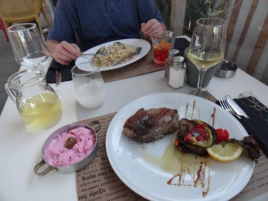 розовое - тарамасалата (икра малоценных пород с оливковым маслом), 4 €