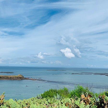 藍天、白雲、碧海、岩岸、白沙、、