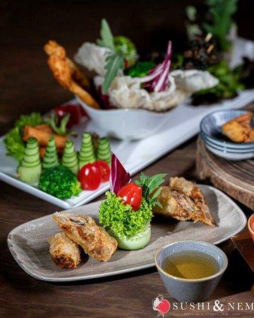 🙉😉LET'S BE HONEST😉🙉 Seien wir doch mal ehrlich...auf die Vorspeisen freut man sich manchmal doch mehr als über den Hauptgang, oder nicht? Wie ist das bei Euch, bestellt Ihr meistens eine Vorspeise oder doch direkt die Hauptspeise? Bei Sushi und Nem findet Ihr eine vielfältige Auswahl an leckeren Vorspeisen vor. Von klassischen unterschiedlich gefüllten Frühlingsrollen, Sommerrollen und Teigtaschen, Edamame Bohnen und Salaten bis hin zu Sate-Spießen, Muscheln und Mix-Platten. Auch diverse Sup
