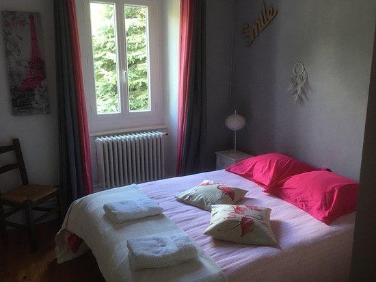 Chambre donnant sur le petit jardin.