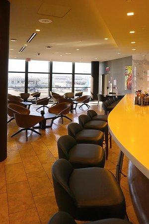יונייטד איירליינס: UA923 Los Angeles to London 787-9 (#3964) Polaris Seat 3E  - New United Polaris Lounge in T7 at LAX - Bar Area