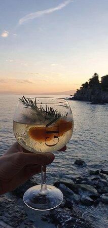 Finire la giornata con un gin tonic in spiaggia