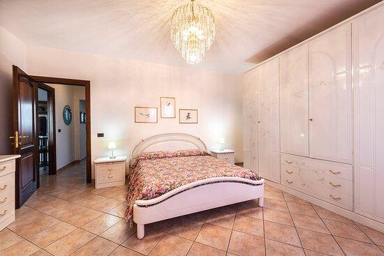 Blera, İtalya: Camera Matrimoniale rosa dove è possibile inserire una culla o lettino con le sbarre per bambini