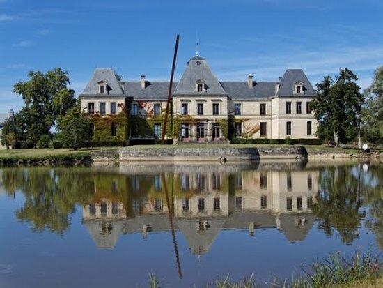 Vue du Château d'Arsac de l'allée principale