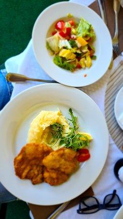 Buchlovice, Republika Czeska: Kančí řízky lehce naložené v česneku, bramborová kaše, zeleninový salát.