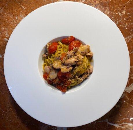 Tagliolino con calamaretti e pomodorino pachino profumati al pane saporito