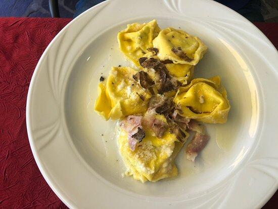 Monghidoro, อิตาลี: Tortelli guanciale formaggio di fossa e tartufo nero, tagliatelle al prosciutto crudo e tartufo nero, crostini con pate di fegato, caponata Toscana, porcini spadellati e cipolla e guanciale