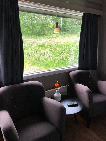 Hyggelige møbler, men inntil parkeringsplassen, slik at alle går 10 cm utenfor vinduet hele tiden
