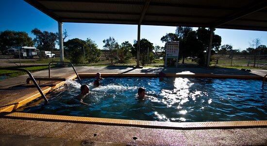 Narrabri, Austrália: Having a relaxing soak in the bore bath.