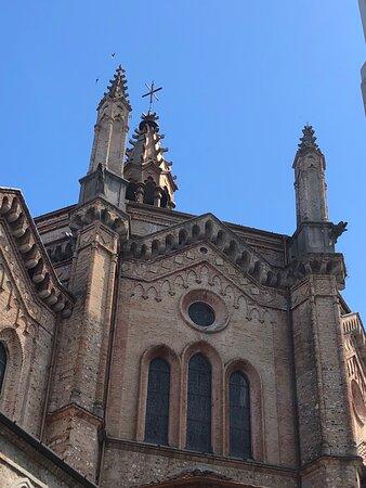 Scorci esterni di questa interessante Location ecclesiale : pareti , angoli , cuspidi , piramidi , pluviali , aperture , archi ....
