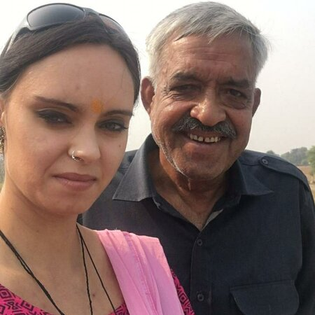 Jaipur District, Ấn Độ: Victoria from Spain, with Vijay when she was on the Golden triangle tour to India.