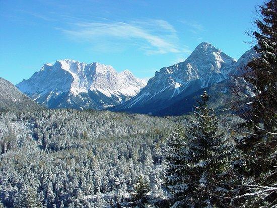 Biberwier, Αυστρία: Zugspitze (2.962 m) è la montagna più elevata della Germania, fa parte dei Monti del Wetterstein nelle Alpi Nordtirolesi ed è situata al confine fra la Germania e l'Austria. Si trova circa 10 km a sud-ovest di Garmisch-Partenkirchen