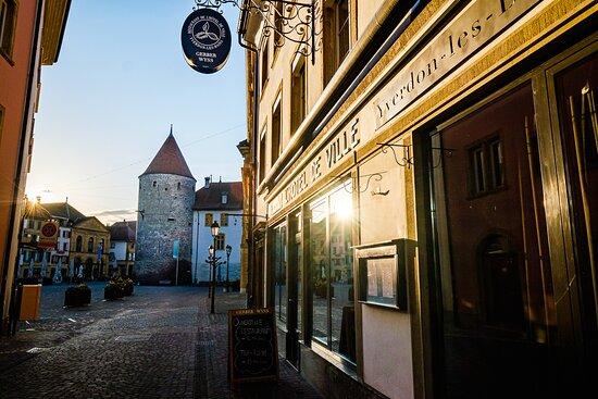 Devanture de l'établissement au cœur du centre-ville historique d'Yverdon-les-Bains