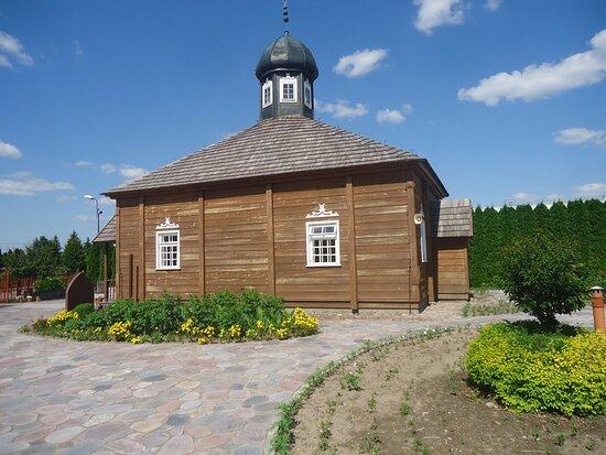 Bohoniki, Polonya: Widok meczetu z boku na tle zadbanej zieleni .