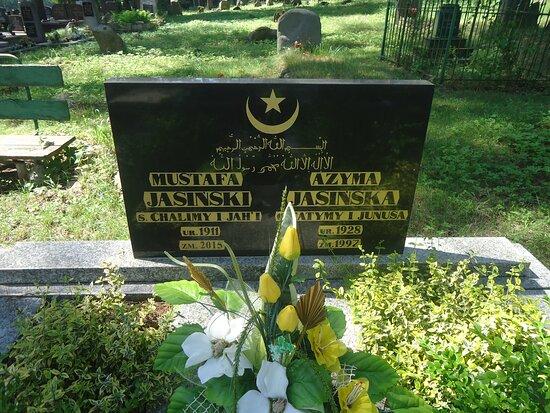 Bohoniki, Polonya: Dwujęzyczne płyty nagrobne są tu powszechne .