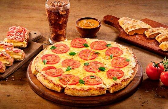 Brazil: Hoje é comemorado o Dia da Pizza no Brasil. Com aquele toque italiano, antigamente os ingredientes ficavam por conta do alho, queijo e peixes. No século XVI, os tomates foram apresentados à culinária européia, vindos da América. Foram, então, acrescentados a pizza por Dom Raffaele Espósito, o primeiro pizzaiolo da história,que decidiu homenagear as cores da bandeira italiana com a iguaria culinária. E hoje é essa delicia, que não pode faltar no nosso cardápio 📍😍🍕 http://viajar.hu/romatriphu