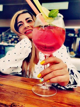 Suzana con su gin tonic fruta
