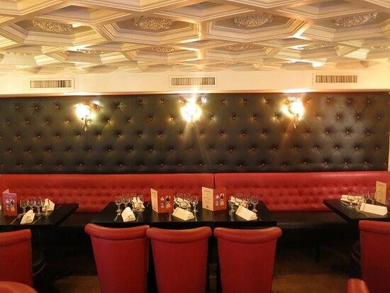 Notre lounge rouge et noir en mezzazine. Ambiance cosy et chaleureuse