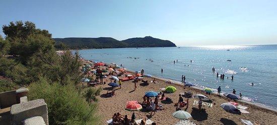 Spiaggia lunga e molto frequentata