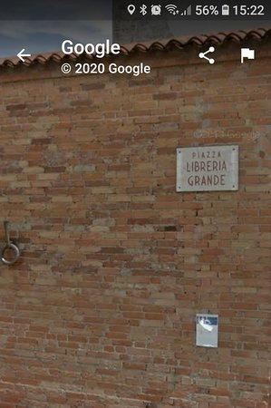 Sabbioneta, Italy: Qui lavora la grande simpaticona che tiene i bagni pulitissimi e regala sorrisi a tutti nonostante i suoi seri problemi