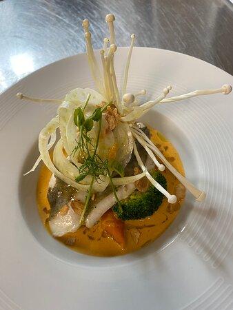 Saint pierre et champignons enoki, crème de curry aux crevettes thaï, légumes du maraîcher