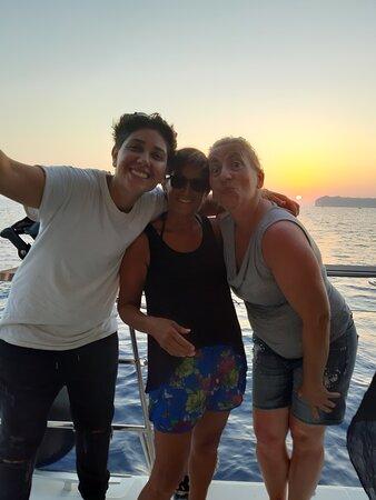 Semi Private Standard | Santorini Catamaran Cruise with Greek buffet and Drinks: alla fine del giro si può vedere il tramonto dal catamarano