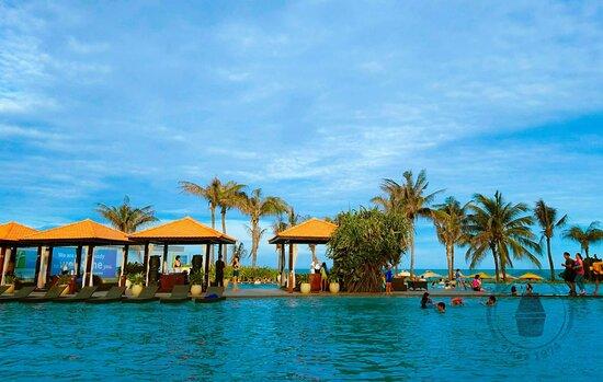 Bể bơi chia ra nhiều khu vực, có cho cả trẻ em và người lớn. Có quầy bar order nước tiện lợi.