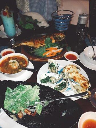 Nhà hàng Khói BBQ. Hải sản rất tươi, hào và sò điệp ăn mong nước và ngọt.