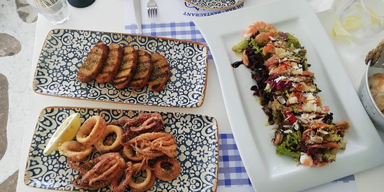 Inslatona, pane all'aglio e calamari fritti.