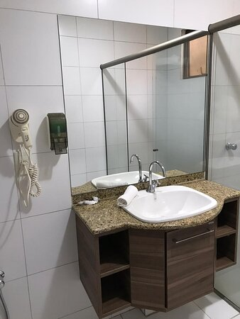 Quarto Standard Triplo  2 Camas de Solteiro e 1 de Casal Ar condicionado Frigobar Tv à cabo Roupeiro Mesa Home Office Sacada