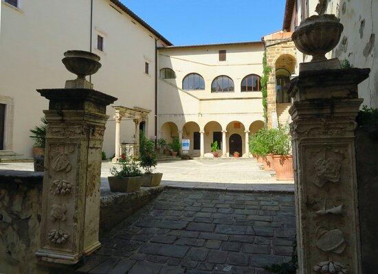 Il cortile comitale, a cui si accede passando tra 2 corti pilastri rinascimentali