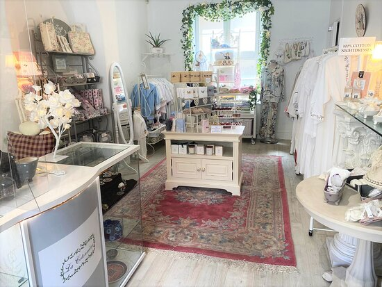 Bradford-on-Avon, UK: Inside of the shop - babywear, textiles, home fragrance, nightgowns