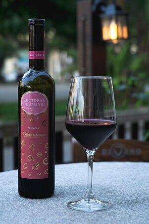Buenos vinos gallegos y tablas de embutidos selectos