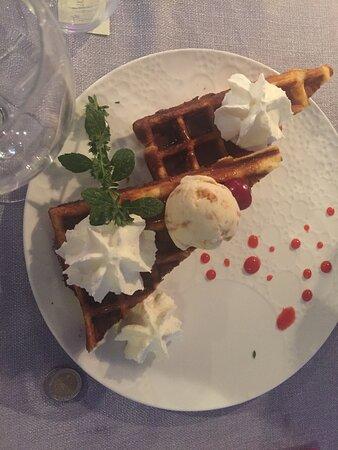 Champlive, France: Menu découverte : Gaufre tiède, glace macadamia, caramel beurre salé, chantilly