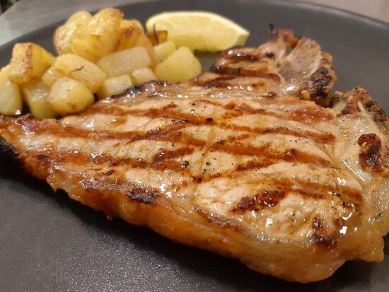 Bistecca di vitello alla griglia con patate arrosto