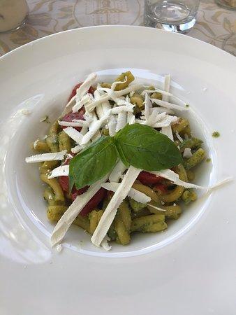 Chiavenna Rocchetta, Italy: Strozzapreti al pesto di zucchine con pomodorinj e ricotta stagionata